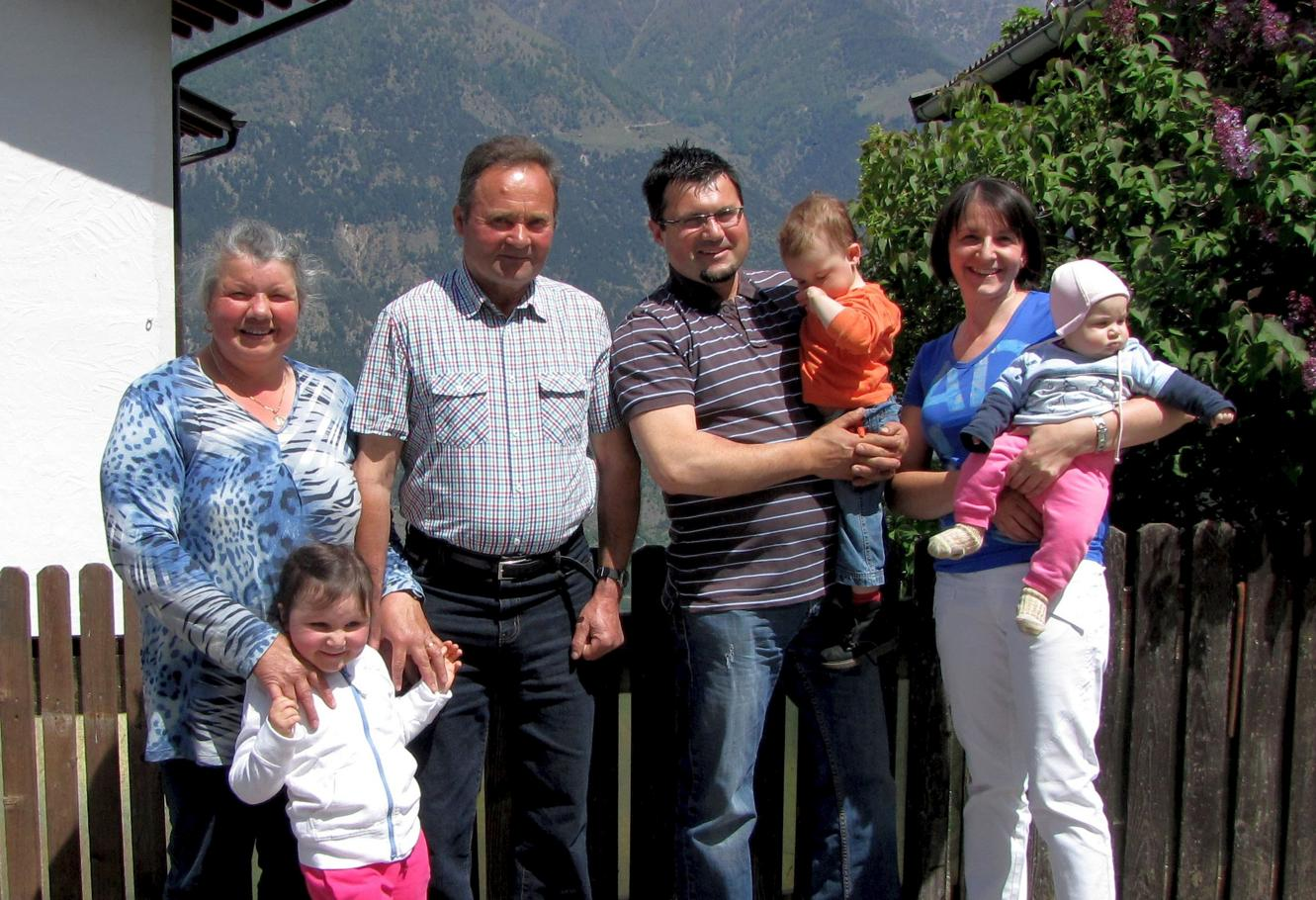 Family foto in front of the farm house (from left to right: Maria, Elina, Josef, Roland, Teresa, Irmi und Valerie)